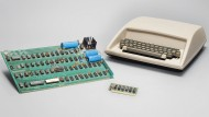 Die Platine (links im Bild) war das eigentliche Herzstück des Apple 1 von 1976, zu dem sich der Käufer Extras wie ein Gehäuse dazu kaufen könnte.
