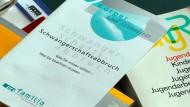 Bücher und Informationshefte zum Thema Abtreibung liegen in einem Raum der Familienberatungsstelle der Diakonie (Archivbild).