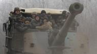 Truppen der ukrainischen Regierung am Samstag auf einer Straße nahe der Stadt Debalzewe.