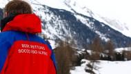 Ein Mitglied der Bergrettung am Fuß des Schneebigen Nock