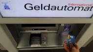 Weniger Datendiebe: Das Ausspähen der Kartendaten über kleine Kameras am Geldautomaten kommt in Hessen und Rheinland-Pfalz nicht mehr oft vor.