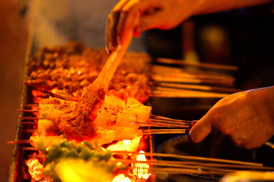 Auf einem Straßenmarkt in der südwestchinesischen Provinz Sichuan können Touristen Shāo Kǎo genießen – gewürzt unter anderem mit der Fünf-Gewürze-Mischung.