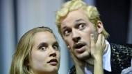 """Schau nicht zu den Schwarzen hin, Schatzi! Anne-Marie Lux und Matthias Thömmes als gutkleinbürgerliche """"Barbaren"""" im Nationaltheater Mannheim."""