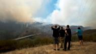 Bisher konnten die Feuerwehrleute die Flammen nicht unter Kontrolle bringen.