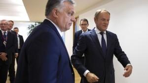 Fidesz bleibt suspendiert