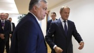 Der frühere EU-Ratspräsident Donald Tusk (r.) im vergangenen Juni mit Ungarns Ministerpräsident Viktor Orbán am Rande des EU-Gipfels in Brüssels