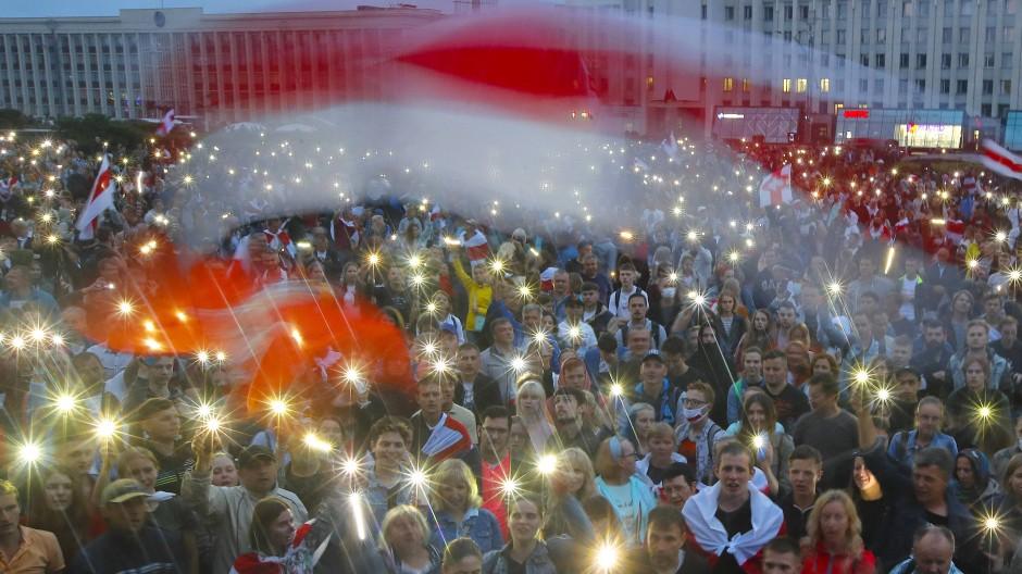 Farben des Protests: Weiß-Rot-Weiß in Minsk