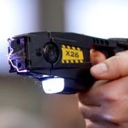 Eine Elektroschockpistole wird auf dem Gelände der Landespolizeischule in Berlin vorgeführt (Archivbild). Nun sollen sie bald zur Grundausstattung der Polizei gehören.
