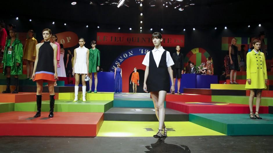 Beine frei: Maria Grazia Chiuri sieht für Dior das nächste Frühjahr in leuchtenden Farben.