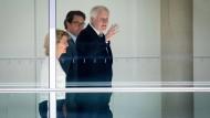 Für ein Lächeln reicht es noch: Horst Seehofer, neben Andreas Scheuer, am Donnerstag im Reichstag nach der Sitzung der CSU-Landesgruppe