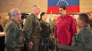 Der venezolanische Präsident Nicolás Maduro trifft auf Soldaten der Armee.