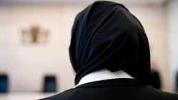 Die Verbannung von Kopftuch, Kreuz und Kippa