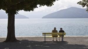 Müßiges Pärchen, keine Sorgen: Ältere Menschen sind weniger betroffen vom Niedrigzins als jüngere.