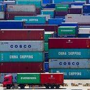 Container lagern im Tiefwasserhafen von Schanghai.
