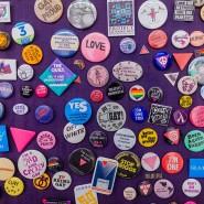 """Freiheit auf Knopfdruck: LGBTQ-Buttons verkünden in der Ausstellung """"California Dreams"""" die bunte Welt von San Francisco."""