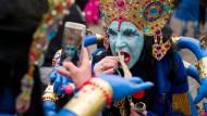 Göttliches Kostüm: Selbst Kali, die Todesgöttin der Hindus, mischt sich zur Weiberfastnacht unter das Mainzer Narrenvolk.