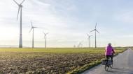 Energiewettstreit: Nicht nur in Nordrhein-Westfalen stehen Windanlagen neben Kohlekraftwerken.
