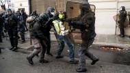 In Paris wurden bis zum späten Vormittag 481 Menschen vorläufig festgenommen, 211 Menschen kamen in Polizeigewahrsam. Bei den Kundgebungen vor einer Woche, als es in der Hauptstadt zu bürgerkriegsähnlichen Szenen gekommen war, hatte die Zahl der Festnahmen zur gleichen Zeit bei 412 gelegen.