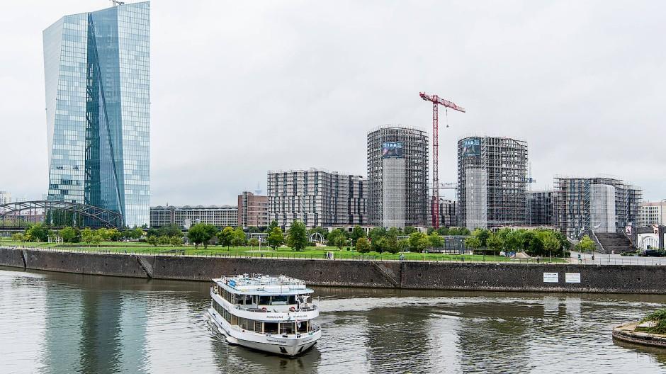 Auf Kurs: Die ersten Hochhäuser im Hafenpark-Quartier neben dem EZB-Turm sind ausgewachsen.