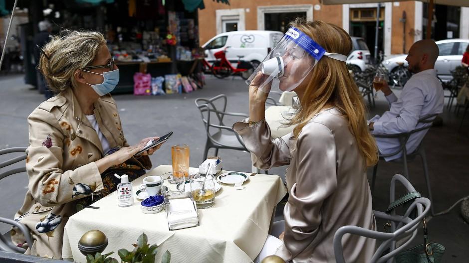 Archivbild von 2020: Zwei Frauen bei einem Kaffee in Rom