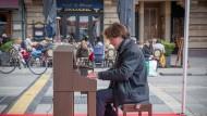 Piano Man: In der Stadt verteilte Klaviere für jedermann gehörten zum Begleitprogramm der Musikmesse.