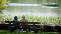 Von der Bank auf die Bank: Nur wer in jungen Jahren spart, kann das Alter finanziell sorgenfrei genießen