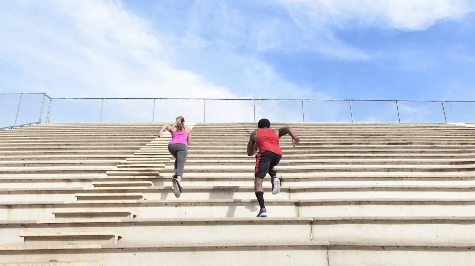 Immer ein paar Schritte voraus – Manche Studierende wollen schneller am Ziel ankommen als ihre Kommilitonen.