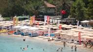 Touristen an einem Badestrand in Kemer, Türkei