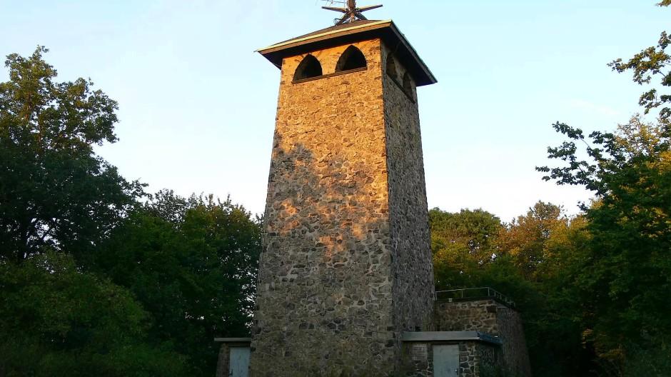 Bereits seit 1929 bietet der Basaltturm auf dem Stoppelberg beste Ausssichten.