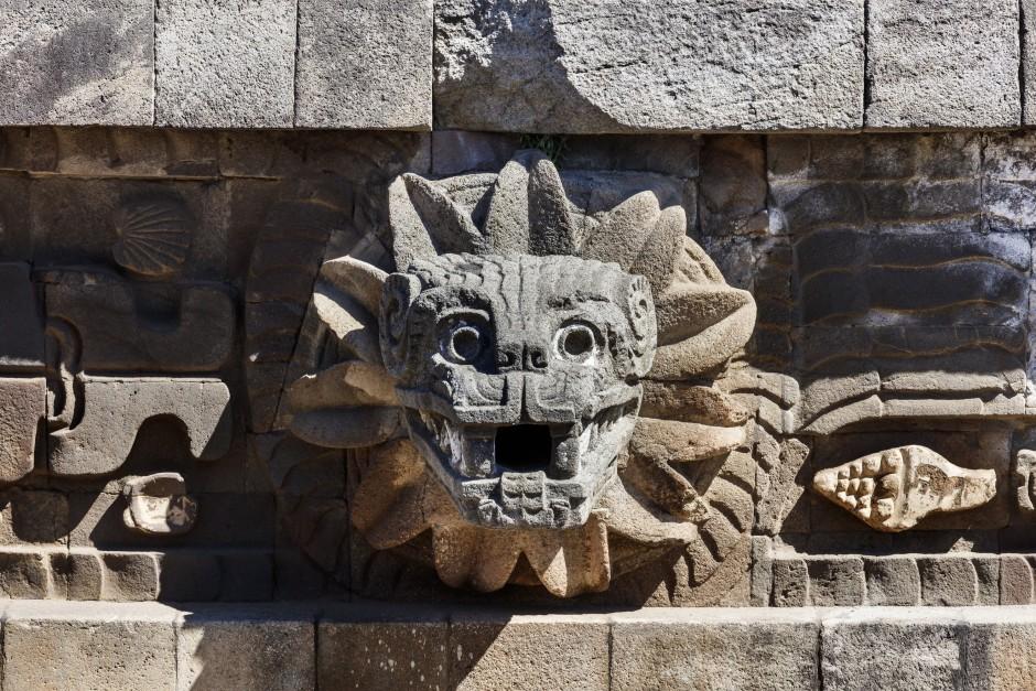Quetzalcoatl, die gefiederte Schlange, in der Ruinenstadt Teotihuacán