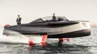 Wer wird denn gleich in die Luft gehen: An Bord des Foilers aus Dubai wird Gelassenheit demonstriert.