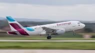 Ein Airbus der Fluggesellschaft Eurwings hebt am Manfred-Rommel-Flughafen in Stuttgart ab (Symbolbild).