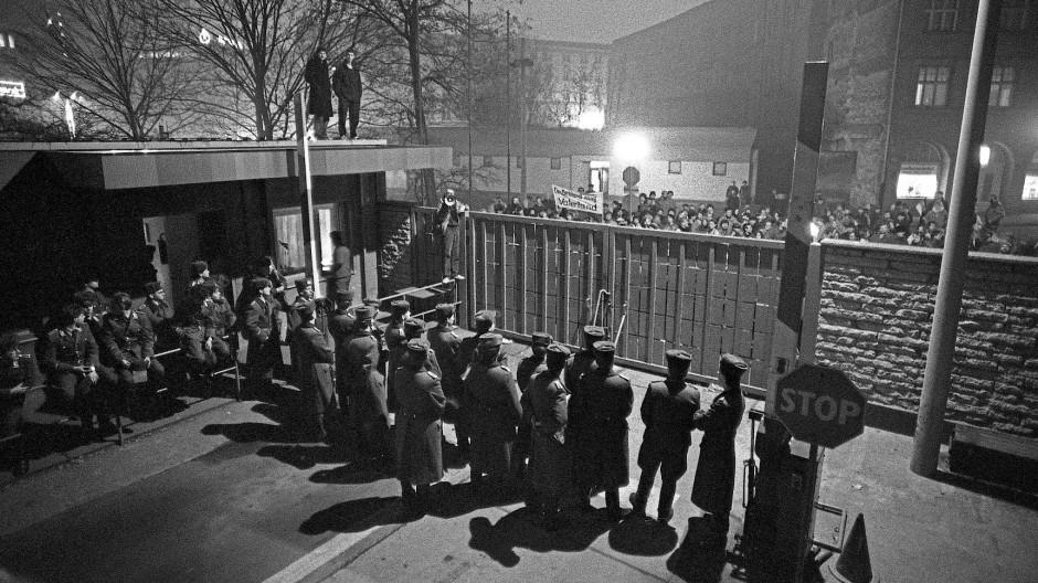 """Sturm auf die Leipziger Stasi-Zentrale """"Runde Ecke"""" am 4. Dezember 1989"""