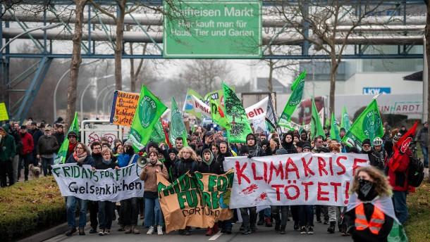 Jugendliche protestieren vor Steinkohlekraftwerk in NRW