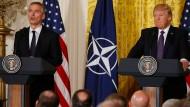 Nato-Generalsekretär Stoltenberg und der amerikanische Präsident Trump im East Room des Weißen Hauses
