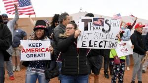 Trump-Anhänger glauben weiter an Verschwörung und Wahlbetrug