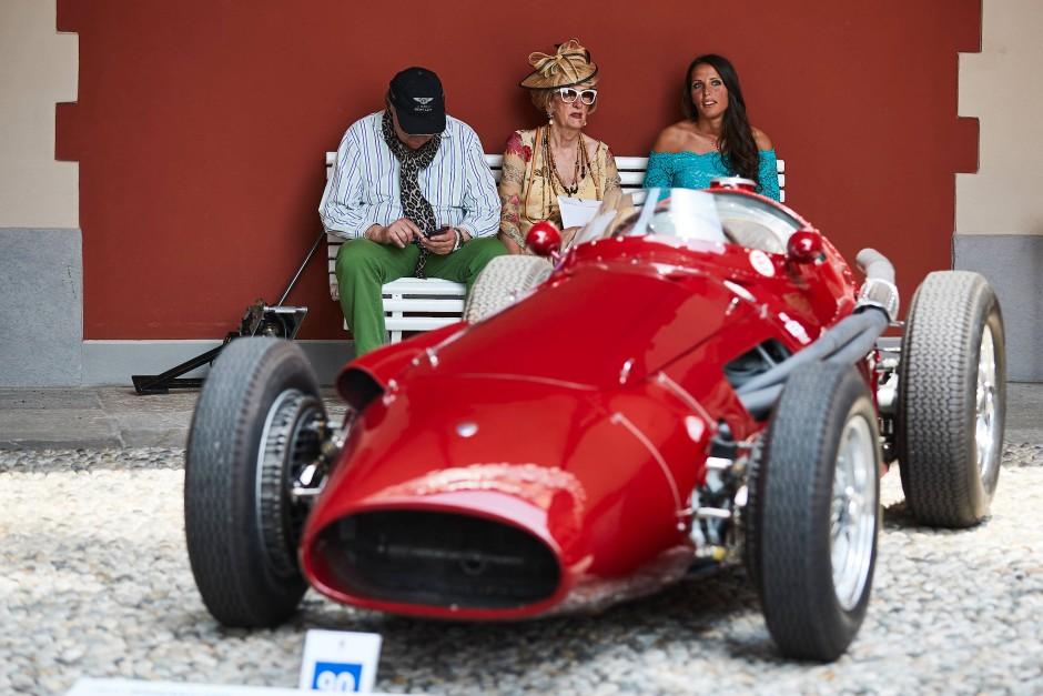 Kleine Ruhepause hinter einem Maserati 250 F von 1954.