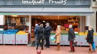 Immer schön auf Abstand gehen: Nach der Devise stellen sich Kunden an einem Obstmarkt in Le Touquet, Nordfrankreich an.