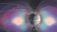Junos Umlaufbahn um den Jupiter ändert von einem Orbit zum nächsten die Orientierung. Spätestens der 36. Umlauf führt die Sonde daher mitten durch die sogenannten Strahlungsgürtel. In diesen den Planeten torusförmig umgebenden Raumbereichen (die hellen Flecken im Bild deuten ihren Querschnitt an) hält Jupiters starkes Magnetfeld (lila) geladene Teilchen gefangen, vor allem energiereiche Elektronen, deren Bombardement Junos Bordelektronik nicht lange überstehen wird.