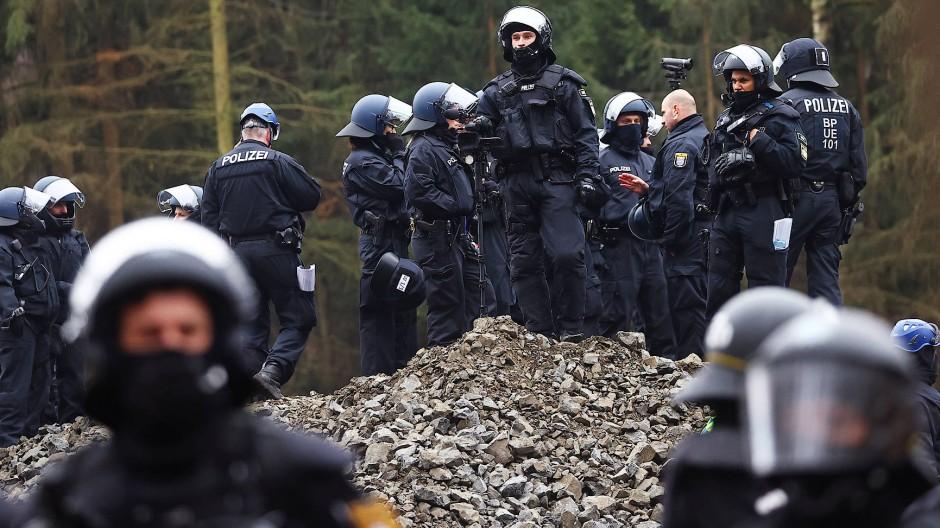 Polizeikräfte stehen während des Einsatzes am 29. November 2020 im Dannenröder Forst.