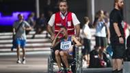 Die italienische Läuferin Giovanna Epis wird nach ihrem Zusammenbruch im Ziel im Rollstuhl geschoben.