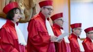 Urteil zur Sterbehilfe: Der Präsident des Bundesverfassungsgerichts, Andreas  Voßkuhle, und der zweite Senat des Gerichts