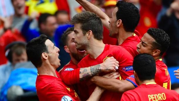 Piqué lässt Spanien spät jubeln