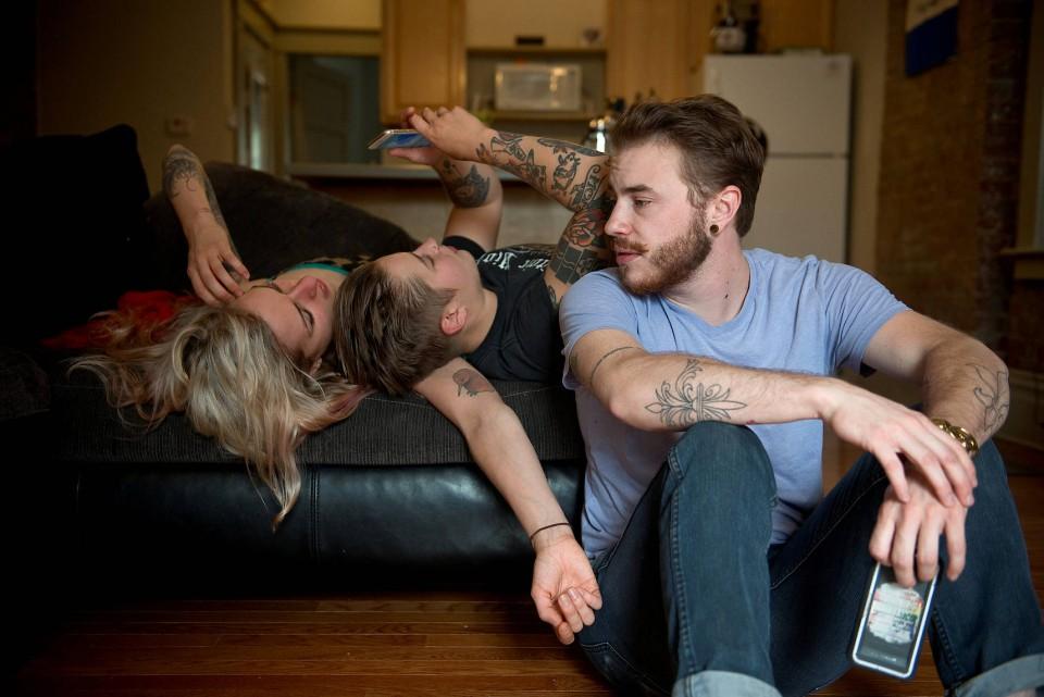 """Harrison spricht mit seinen Freundinnen Elle und Mackenzie in Elles Wohnung in St. Louis. """"Wir sind seit über zehn Jahren befreundet. Wir haben sehr Schönes erlebt, aber auch schwere Zeiten gemeinsam überstanden."""""""