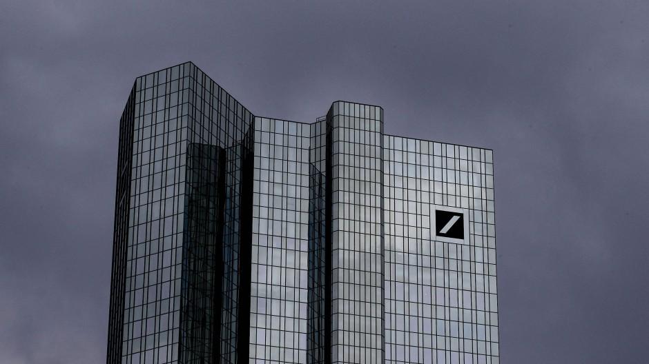 Hier müssen bald sehr viele Mitarbeiter gehen: Die Doppeltürme der Deutschen Bank in Frankfurt.