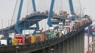 Robuste Konjunktur: Verkehr auf der Köhlbrandbrücke im Hafen von Hamburg