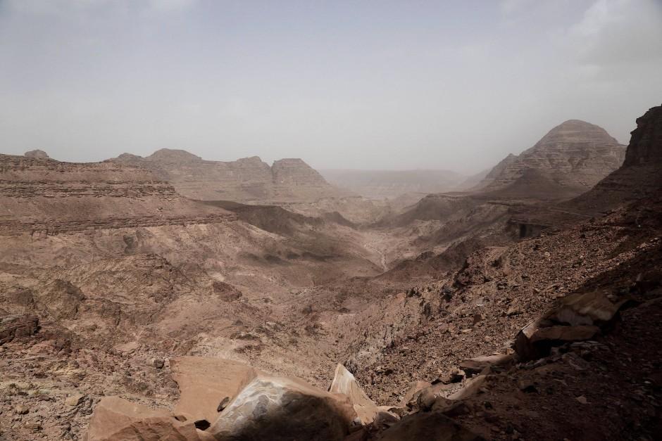 Durch dieses karge und staubige Panorama führt der Weg von Umm Yasser.