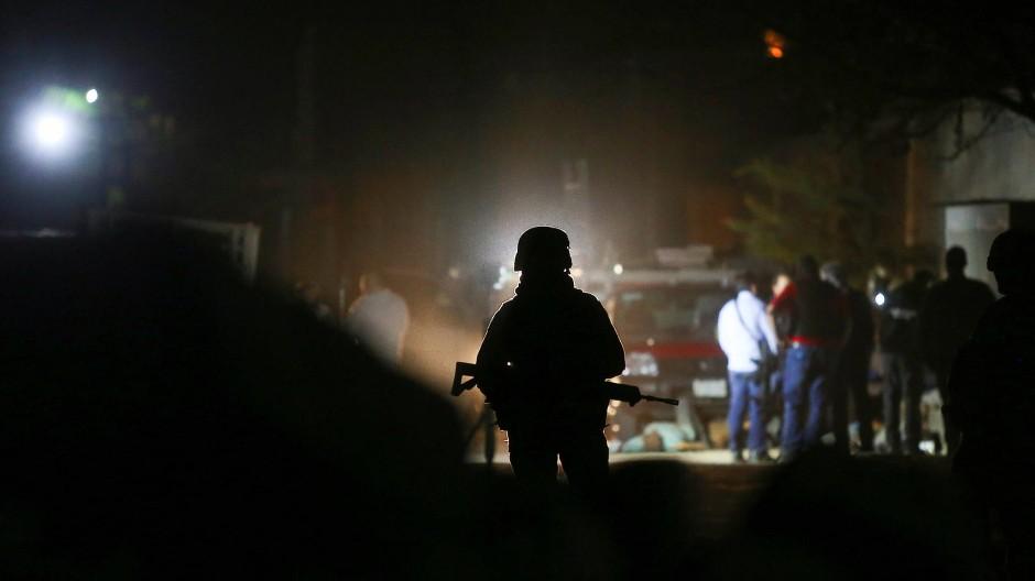 Ein Soldat bewacht den Tatort in Tonalá.