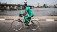 Nigerianer radelt 103 Km mit Fußball auf dem Kopf