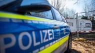 Auf dem Campingplatz Eichwald parkt vor der inzwischen eingezäunten Parzelle des mutmaßlichen Täters ein Polizeiauto.